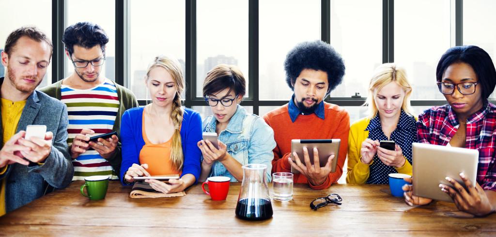 pessoas-sendo-influenciadas-digital-influencer-postgrain