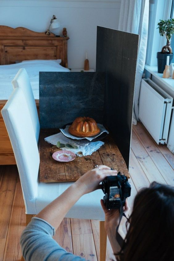 Pessoa utilizando cadeira como rebatedor pra gravar vídeo em casa